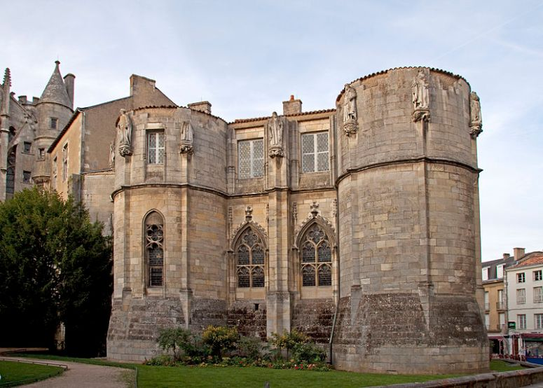 800px-Palais_des_Comtes_de_Poitiers
