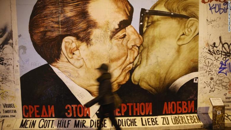 160515124006-leonid-brezhnev-erich-honecker-mural-exlarge-169.jpg